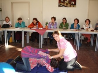 rebozo-massage in knielhouding