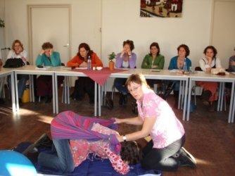 rebozo-massage in knielhouding